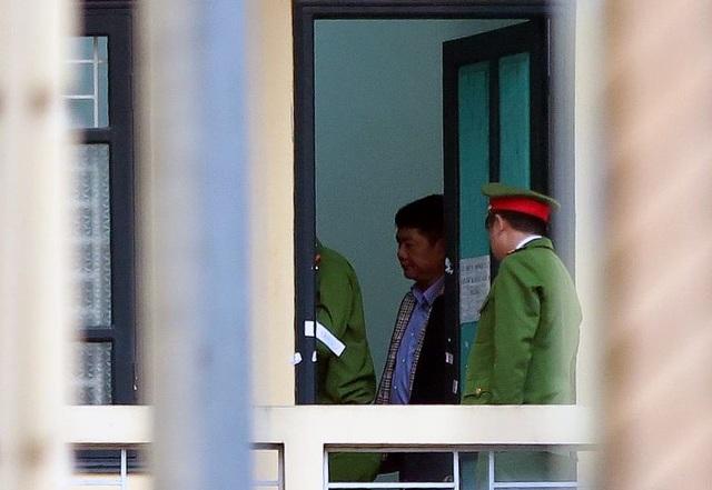 Bị cáo Đinh La Thăng tại phòng chờ xử án. (Ảnh: CTV)