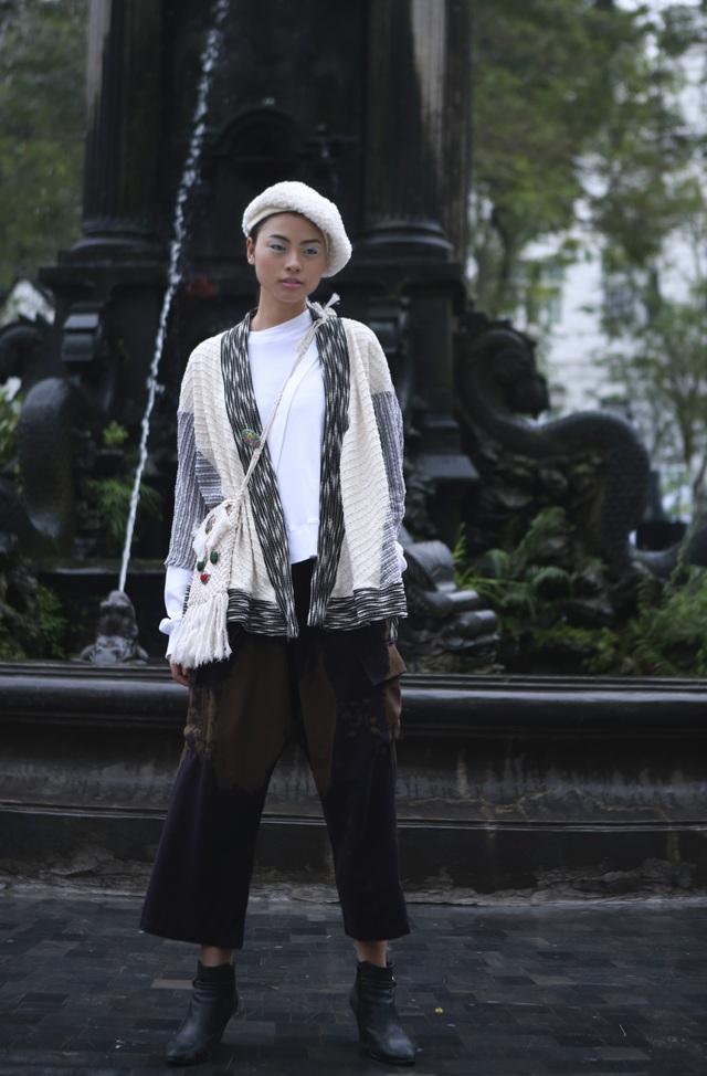 Bằng chất liệu cotton và nhung kết hợp kỹ thuật đan dây, NTK xứ Huế đã tạo ra những chiếc túi rất công phu ấn tượng.