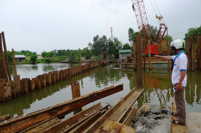 Anh Trần Văn Tuấn và nhiều người dân cho rằng, nguyên nhân nước mặn tràn vào nội đồng như hiện nay là do chính quyền chậm đóng đập kênh 6