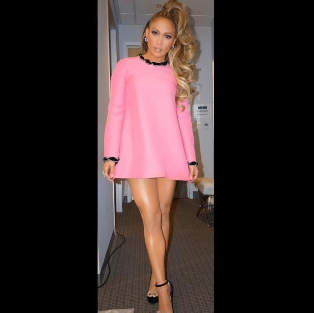 Jennifer Lopez diện váy hồng búp bê của Gucci ghi hình cho tập mới của show truyền hình ăn khách World of Dance mà cô là nhà sản xuất