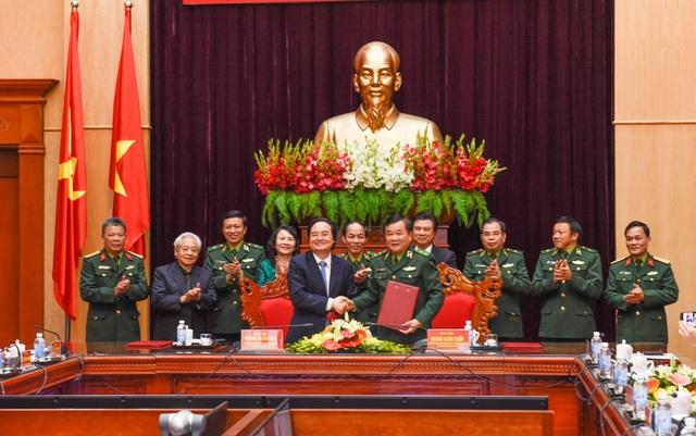 """Bộ GD&ĐT và Tư lệnh Bộ đội biên phòng đã ký kết chương trình phối hợp """"Đẩy mạnh công tác xây dựng xã hội học tập"""" ở địa bàn biên giới, hải đảo (giai đoạn 2018-2025)."""