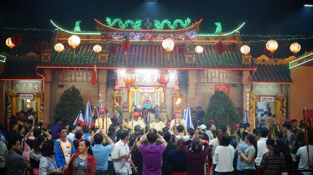 Lượng người viếng chùa rất lớn. Ai cũng cầm trên tay ít nhất một nén hương.