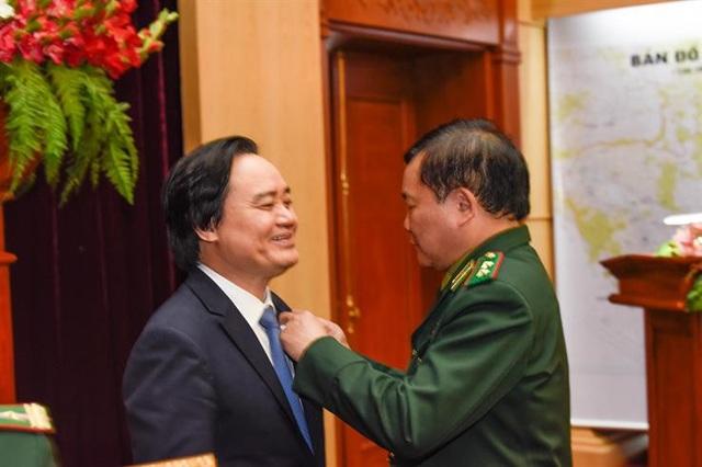 """Bộ trưởng Phùng Xuân Nhạ nhận kỷ niệm chương """"Vì chủ quyền an ninh biên giới Tổ quốc"""""""