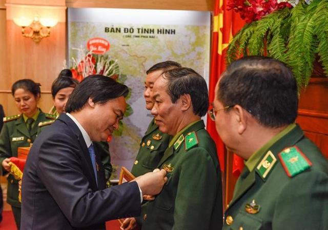 """Bộ trưởng Phùng Xuân Nhạ trao kỷ niệm chương """"Vì sự nghiệp giáo dục"""" cho một số đồng chí thuộc Bộ Tư lệnh Bộ đội biên phòng"""
