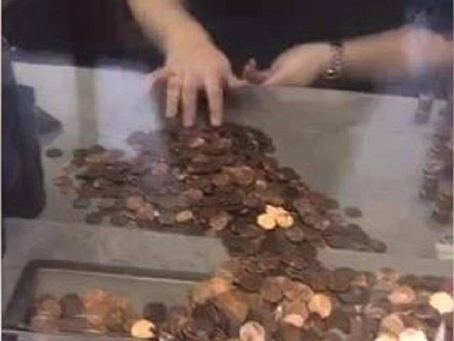 Bà McCool mang hơn 49.000 đồng xu để trả hóa đơn tiền nước. (Nguồn: Independent)