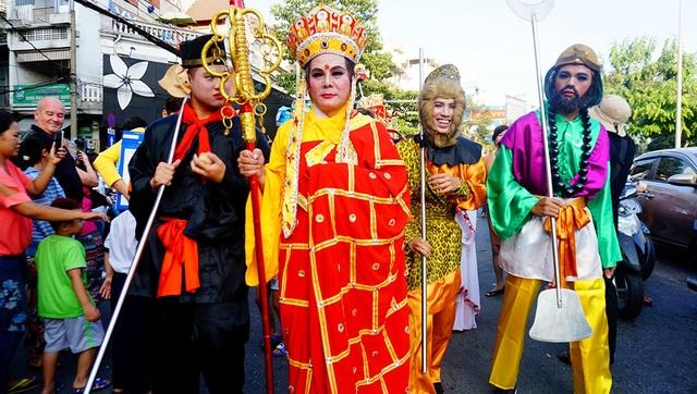 Đoàn diễu hành với các nhân vật thầy trò Đường Tăng, Bát Tiên, tiên nữ...