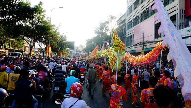 Đoàn diễu hành đi qua các con đường ở khu vực Chợ Lớn như Hải Thượng Lãn Ông, Châu Văn Liêm, Nguyễn Trãi... sau đó về Trung tâm văn hoá quận 5 để tổ chức đêm hội Nguyên Tiêu.
