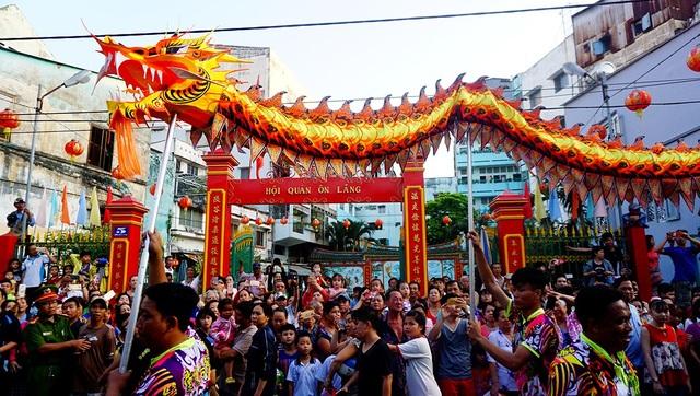 Chiều 2/3 (rằm tháng Giêng), hàng nghìn người đổ về khu vực Chợ Lớn, quận 5 để tham dự lễ hội Tết Nguyên tiêu của người Hoa.