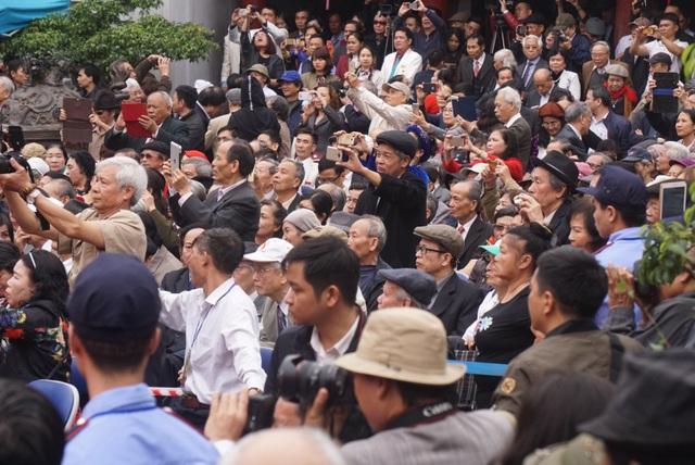 Hàng nghìn người yêu thơ háo hức với ngày hội tại Văn Miếu.