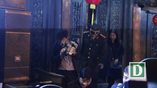 """Sau lễ Khai ấn, đại biểu ùa vào đền Thiên Trường """"xin lộc"""" - 3"""