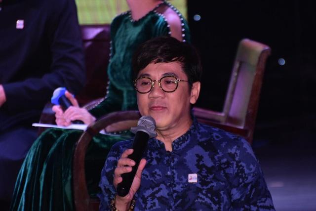 NSƯT Thành Lộc cũng là một trong những nam nghệ sĩ đại sứ áo dài cho biết, dù là nam nhưng anh rất thích mặc áo dài. Để cho hình ảnh tà áo dài phù hợp với người nam, Thành Lộc chọn kết hợp với quần jeans, phụ kiện đi kèm cá tinh để tạo sự năng động và thoải mái.