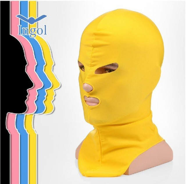 """Nhìn có vẻ quái dị nhưng trên thực tế chiếc mặt nạ bao kín đầu này lại trở thành một """"hot trend"""" ở Trung Quốc. Theo đó, những người phụ nữ tại đây đã sử dụng nó để bảo vệ da mặt khỏi tia UV cũng như sứa khi đi biển. Điều đặc biệt là bạn gần như chỉ có thể tìm thấy phụ kiện này ở các trang bán hàng online."""