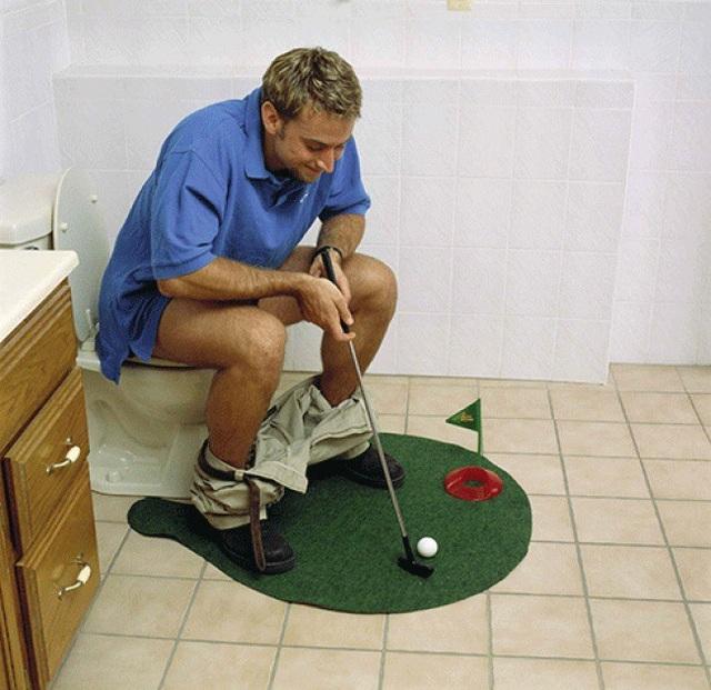 Theo lời quảng cáo của trang bán hàng trực tuyến Amazon, bộ đánh golf mini này sẽ giúp người dùng giải tỏa căng thẳng hiệu quả sau giờ làm việc, đồng thời có những giây phút tuyệt vời nhất trong…nhà vệ sinh.