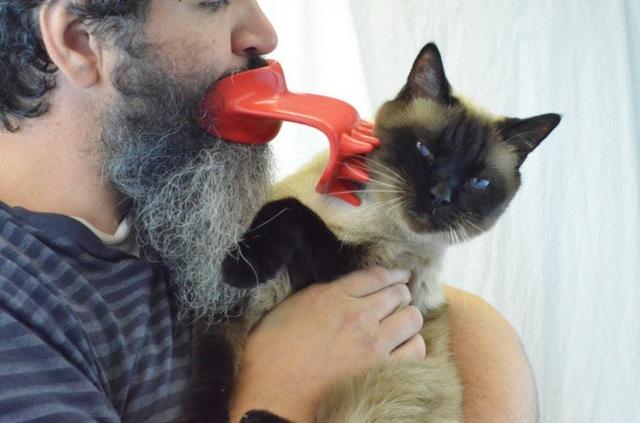 """Lại một sản phẩm """"í ẹ"""" khác từ trang bán hàng Amazon, dụng cụ hình chiếc lưỡi đặc biệt này được quảng cáo là sẽ giúp bạn gãi ngứa, tạo cảm giác dễ chịu cho mèo cưng bằng miệng, trong lúc hai tay đang phải bế chúng."""