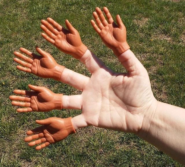 Khó có thể tin được rằng, những bàn tay tí hon này lại là một sản phẩm bán rất chạy trên các chợ điện tử. Theo lời quảng cáo, chức năng duy nhất của sản phẩm là để chọc cười người thân và đồng nghiệp.