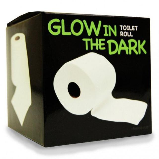 """Cuộn giấy toilet phát sáng được trong đêm này là một minh chứng rõ ràng nhất cho việc: """"Chúng ta có thể mua được bất cứ thứ gì trên internet""""."""