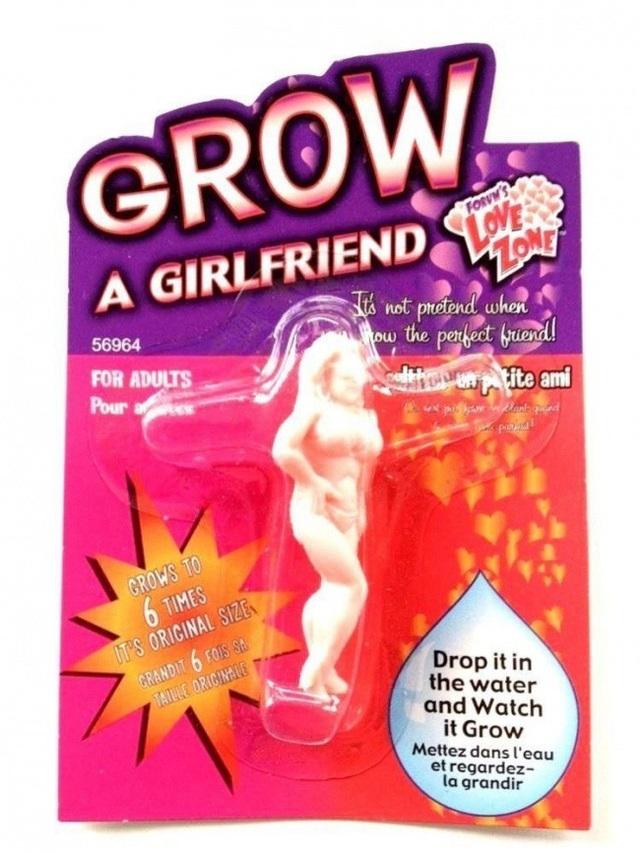 """Sản phẩm này là một giải pháp tuyệt vời cho những chàng trai độc thân. Giờ đây, bạn có thể tự """"nuôi"""" một cô bạn gái cho riêng mình. Theo hướng dẫn, tất cả những việc phải làm là thả """"cô nàng"""" vào nước và chờ cô ấy lớn lên gấp 6 lần kích thước cũ chỉ sau 2 tiếng."""