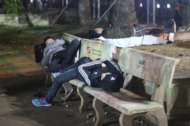 Tranh thủ ngủ lấy sức sau đêm Khai ấn để lại tiếp tục xếp hàng chờ phát ấn.