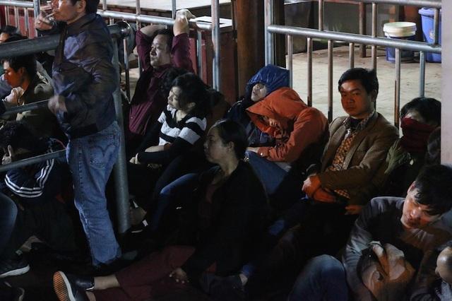 Nhiều người tranh thủ chợp mắt vì quá mệt mỏi, đa phần họ đi theo đoàn nên người thức sẽ canh cho người ngủ.