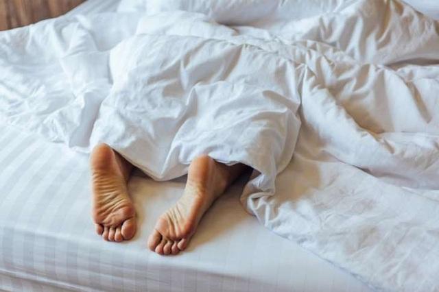 Đây là lý do bạn nên thò chân ra khỏi chăn khi ngủ - 1