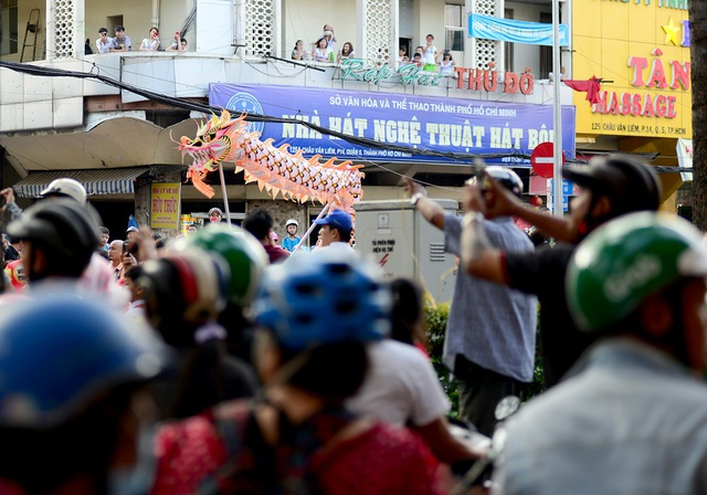 Người dân đứng kín đường, trên các nhà cao tầng để theo dõi đoàn biểu diễn.