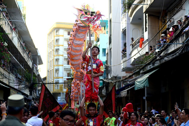 Đoàn lân sư rồng biểu diễn các tư thế khó đi quanh khu vực Chợ Lớn.