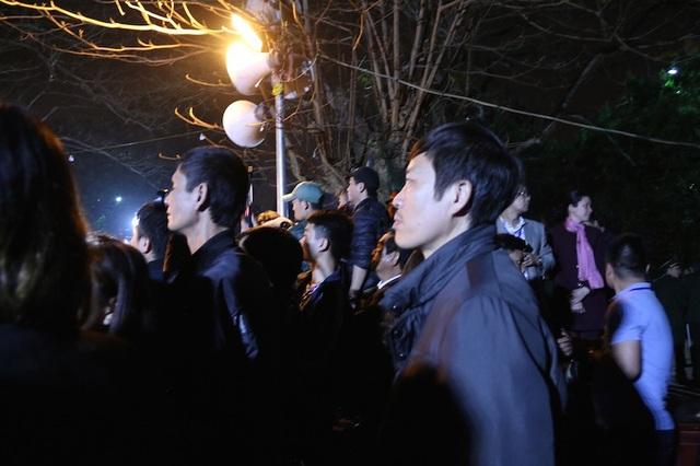 Phía bên ngoài vòng hàng rào sắt bao quanh ban thờ Trung Thiên và đền Thiên Trường, đại biểu, khách mời được vào trước, không có tình trạng xô đẩy, chen lấn