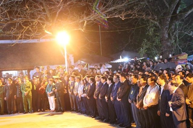 Đến khoảng 22h, đoàn dâng hương gồm các đại biểu là lãnh đạo và nguyên lãnh đạo tỉnh Nam Định, thành phố Nam Định, cùng các huyện và khách mời tỉnh bạn đến trước ban thờ Trung Thiên để tiến hành làm lễ dâng hương lên anh linh các vị vua Trần
