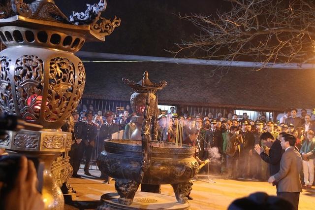 Ông Đoàn Hồng Phong, Bí thư tỉnh uỷ tỉnh Nam Định dâng hương lên anh linh các các vị vua Trần