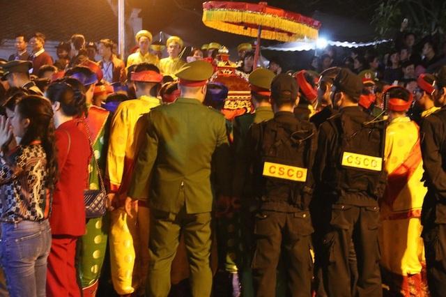 Kiệu rước ấn được lực lượng an ninh bảo vệ nghiêm ngặt, người khiêng kiệu ấn là những thanh niên trai tráng làng Tức Mặc được tuyển chọn kỹ càng trong hàng trăm thanh niên, trai tráng trong làng
