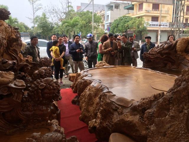 Rất đông du khách thích thú, chiêm ngưỡng, chụp ảnh bộ kỳ mộc nguyên khối bằng gỗ nu đinh hàng ngìn năm tuổi