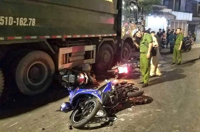 Xe máy của nạn nhân nằm la liệt tại hiện trường