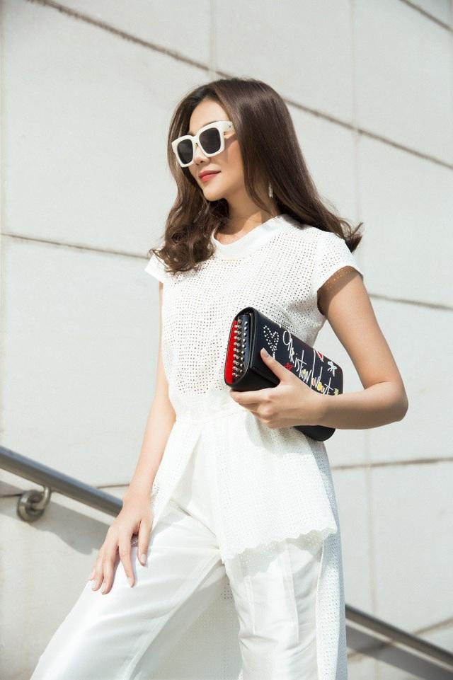 Ngoài ra, với lối trang điểm hiện đại, kết hợp tinh tế với phụ kiện, Thanh Hằng luôn biết cách thu hút mọi ánh nhìn.