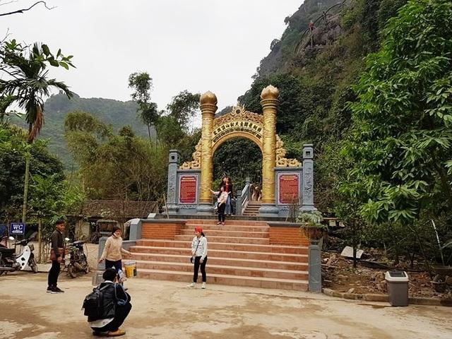 Công trình đường lên đỉnh núi Huyền Vũ (núi Cái Hạ) Công ty CP du lịch Tràng An xây dựng trái phép tại vùng lõi di sản Tràng An và đưa vào sử dụng từ nhiều ngày qua.