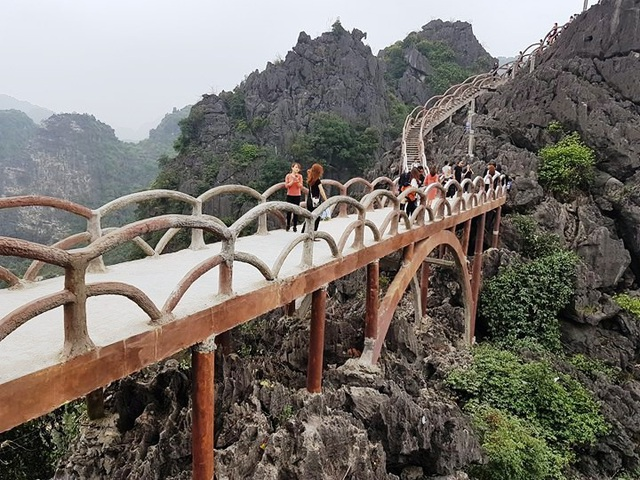 Chính quyền tỉnh Ninh Bình đang lúng túng trong việc xử lý công trình khủng trái phép ở Tràng An.