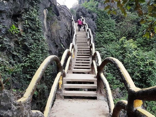 Công trình khủng xâm hại di sản Tràng An do công ty CP Du lịch Tràng An xây dựng trên núi Cái Hạ.