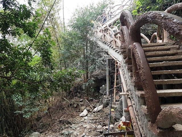 Doanh nghiệp không chỉ xâm phạm di sản mà còn phá rừng để thay vào đó là những khối bê tông khô cứng, rác thải nhếch nhác khắp nơi tại khu vực núi Cái Hạ.