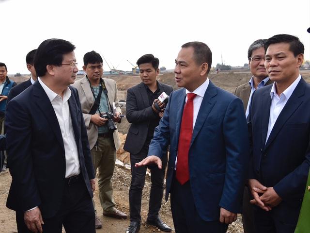 Ông Phạm Nhật Vượng (phải) báo cáo với Phó Thủ tướng về tiến độ xây dựng nhà máy sản xuất ô tô