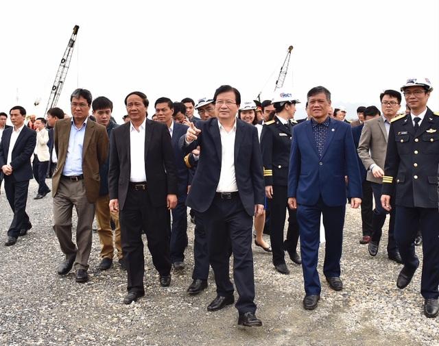 Phó Thủ tướng và đoàn công tác kiểm tra công trrường thi công cầu Lạch Huyện