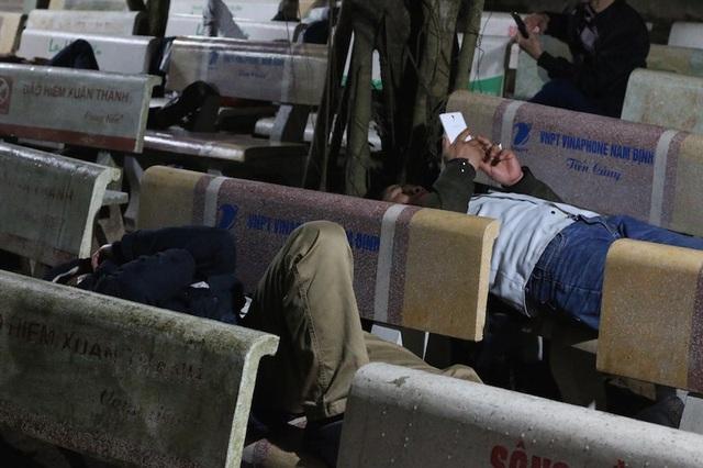 Ghế đá trong khuôn viên đền Trần Nam định được nhiều du khách chọn làm giường ngả lưng nghỉ ngơi chờ đợi đến giờ Ban tổ chức phát ấn