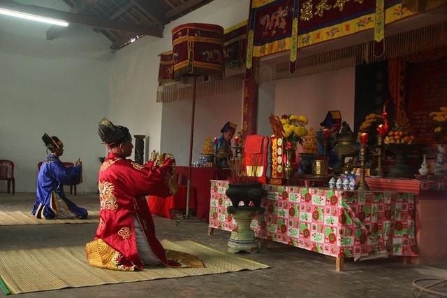 Các cao niên làm lễ xin rước Đức Thần Hoàng về dự Lễ Cầu ngư
