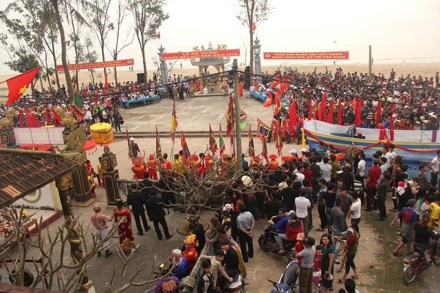 Rất đông người dân địa phương và du khách đến tham gia Lễ Cầu ngư