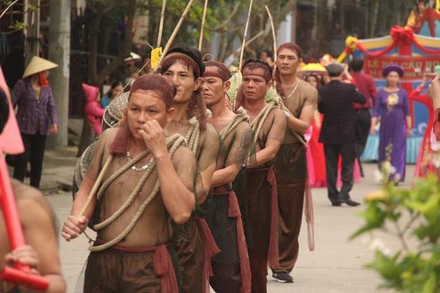 Các ngư dân làng biển tham gia Lễ rước Thần Hoàng