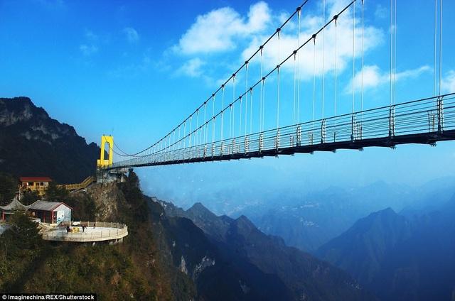 Cầu đáy kính vắt ngang qua núi Bát Đài ở Tứ Xuyên, Trung Quốc