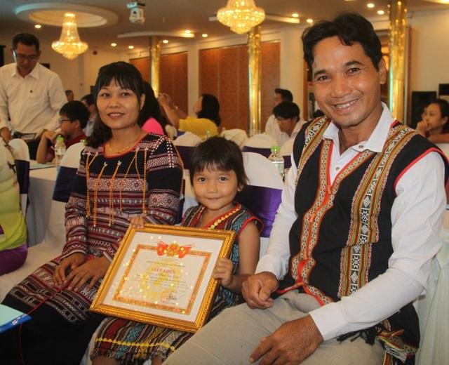 Với vợ chồng anh Đoàn Văn Dặm (ở làng Đắk Đưm, thị trấn Vân Canh, huyện Vân Canh) hạnh phúc là các thành viên hết mực yêu thương nhau.