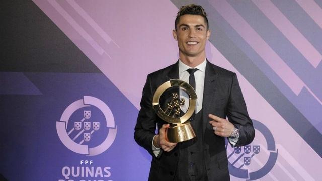 C.Ronaldo rạng rỡ nhận giải Cầu thủ xuất sắc nhất Bồ Đào Nha năm 2017