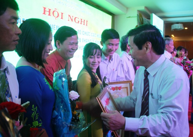 Ông Trương Đông Hải, Phó Giám đốc Sở Văn hóa và Thể thao Bình Định trao giấy khen cho các gia đình tiêu biểu.