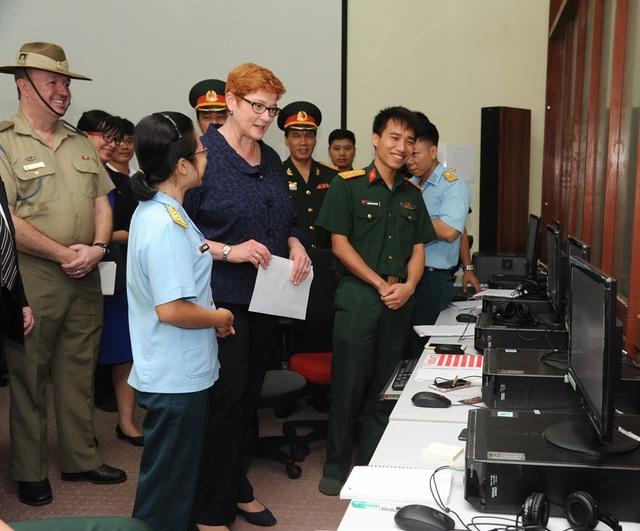 Thượng nghị sỹ, Bộ trưởng Bộ Quốc Phòng Marise Payne thăm phòng học tiếng Anh tại đơn vị 871, Hà Nội, Việt Nam năm 2017