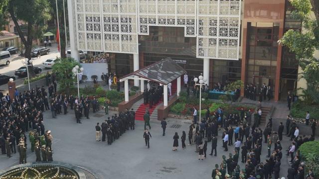 Đoàn người xếp hàng vào viếng nguyên Thủ tướng Phan Văn Khải tại Trung tâm Hội nghị Quốc tế số 11 Lê Hồng Phong (Hà Nội) (Ảnh: Nguyễn Dương)