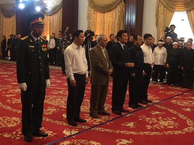 Nguyên Chủ tịch nước Trương Tấn Sang tới thắp nén hương tiễn biệt. (Ảnh: Công Quang)